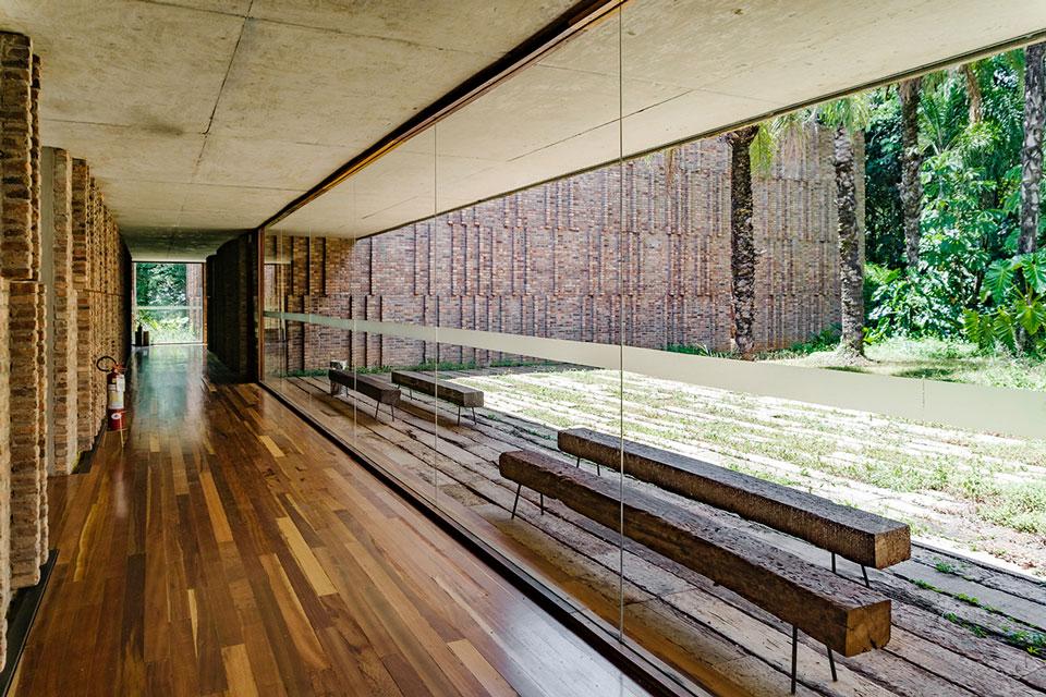 Corredor e pátio interno da da Galeria Claudia Andujar no Inhotim - Foto: Pedro Sales | PS Foto Design