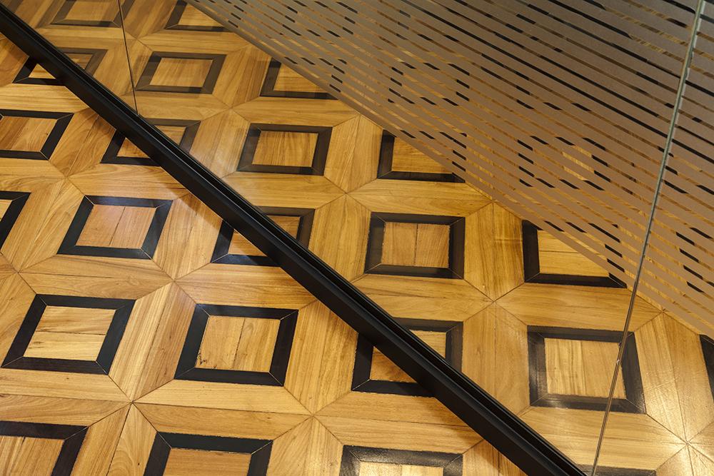 Detalhes do piso original de madeira e divisória de vidro no escritório da BCM Advogados. Foto Pedro Sales - PS Foto Design