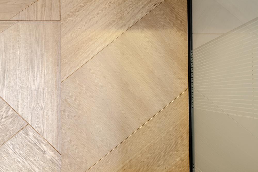 Detalhes das divisórias de vidro e madeira no escritório da BCM Advogados. Foto Pedro Sales - PS Foto Design