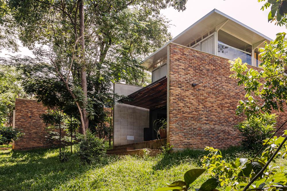 Estrutura externa de uma das cinco casas que compõe a Vila Iapó