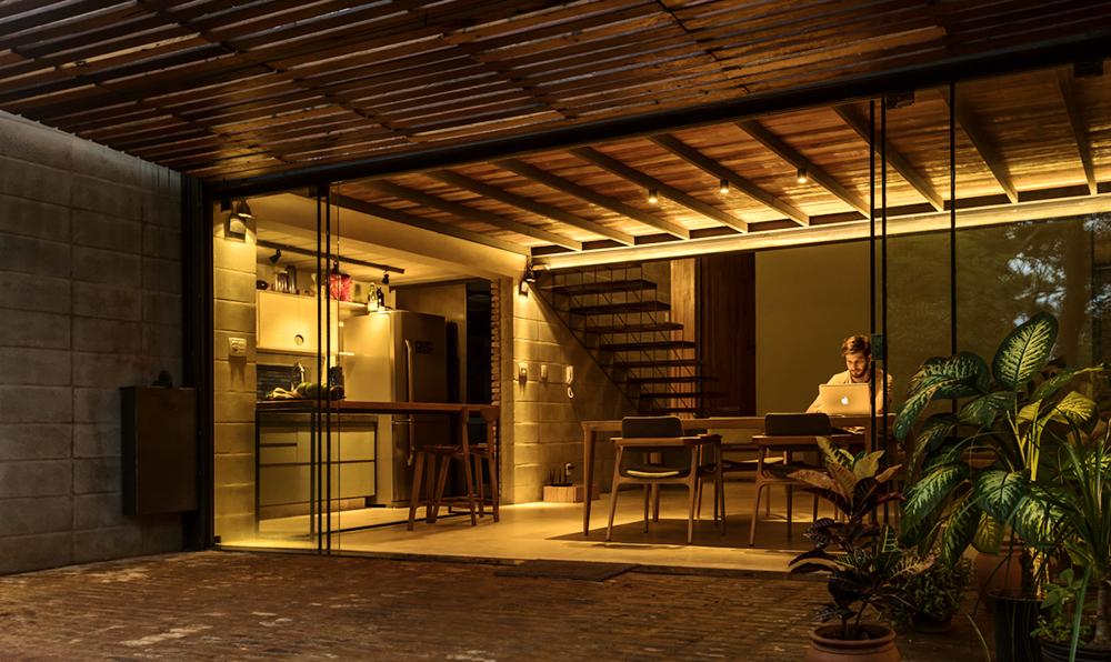Interior noturno de uma das casas