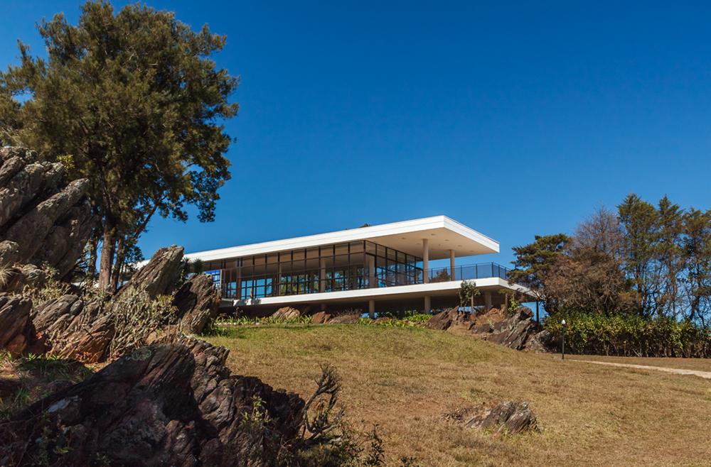 Fotografia de arquitetura dessa importante obra modernista que é a sede social do condomínio Retiro das Pedras