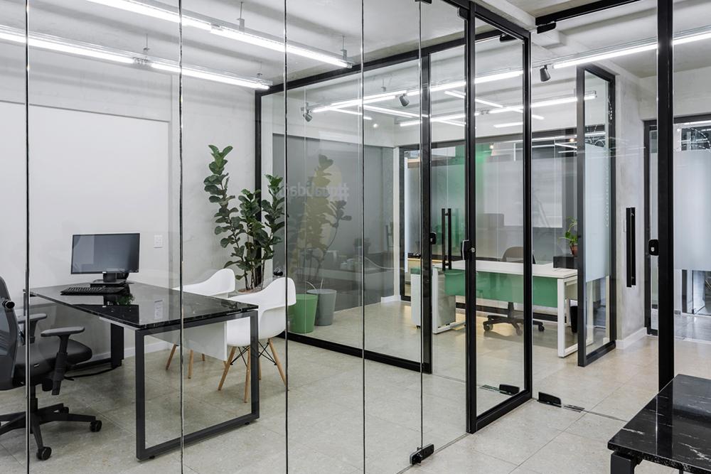 Divisórias de vidro da sala da diretoria do Escritório da GP Cargo